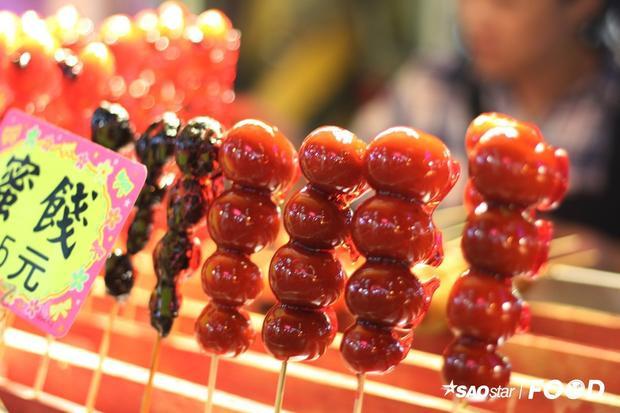 Kẹo hồ lô hay trái cây tẩm đường có số lượng gian hàng khá khiêm tốn ở chợ đêm Shilint. Món ăn này có vị ngọt của đường, chua của trái cây, thích hợp cho những ai hảo ngọt. Lưu ý cho bạn là nên thưởng thức món ăn này cuối cùng.