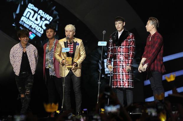Các thành viên trong nhóm thay phiên nhau phát biểu khi nhận giải.
