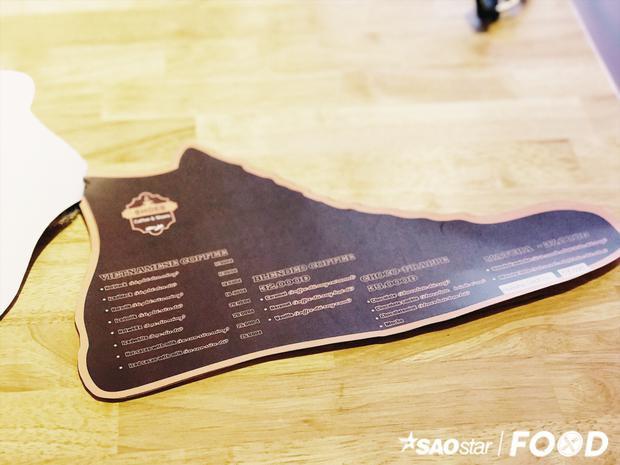 Vì là quán cà phê giày nên các khoảng không gian đều được trang trí bằng giày và menu của quán cũng được trang trí theo hình chiếc giày nốt.