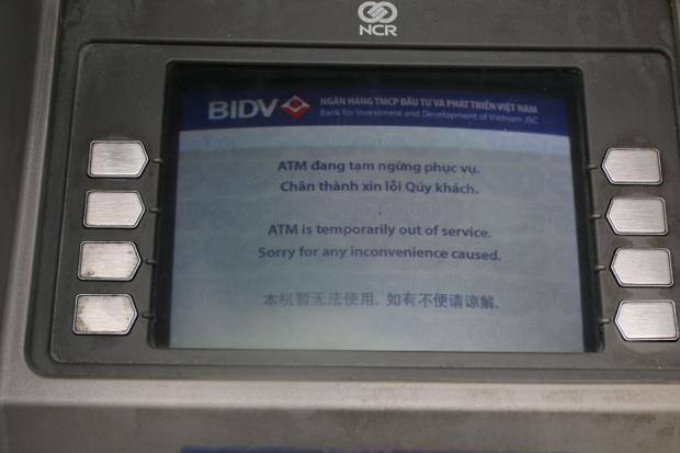 """Máy của ngân hàng BIDV """"đang tạm ngừng phục vụ""""."""