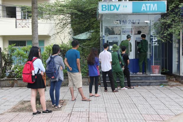Có khi trụ ATM 2 máy nhưng chỉ có 1 máy hoạt động nên các bạn phải xếp hàng dài chờ đợi.