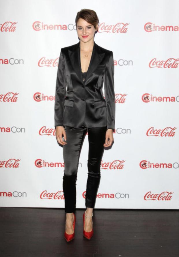 Không thể phủ nhận, Shailene Woodley trông rất xinh đẹp khi diện bộ vest chất liệu satin bóng của thương hiệu Dolce & Gabbana. Nữ minh tinh còn thể hiện khiếu thẩm mỹ tinh tế khi lựa chọn đôi giày pump màu đỏ cherry kết hợp cùng bra ren gợi cảm.