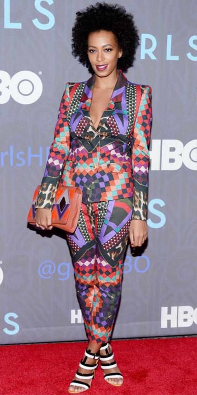 Còn Solange Knowles lại lựa chọn bộ suits họa tiết hình học màu sậm, phối cùng clutch và sandal cùng tông.