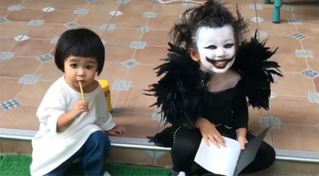 """Và đây là """"Thần Chết"""" năm nay, ngồi bên cạnh cô em gái cute của mình."""