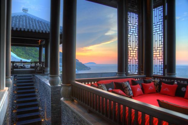 Nằm trong Khu Bảo tồn Bán đảo Sơn Trà, khu nghỉ dưỡng được bao quanh bởi rừng mưa nhiệt đới.
