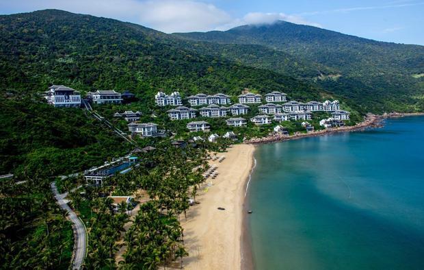 Khu nghỉ dưỡng này được xây dựng bên trong sườn đồi của Núi Khỉ, có tầm nhìn hướng ra biển và bao quanh là không gian thiên nhiên thơ mộng.