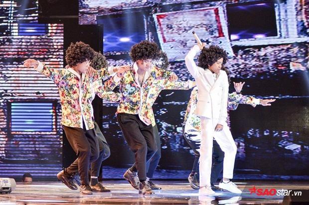 Lần đầu tiên ở The Voice Kids, có một Soobin Hoàng Sơn đánh piano, hát live phiêu như thế này cùng học trò
