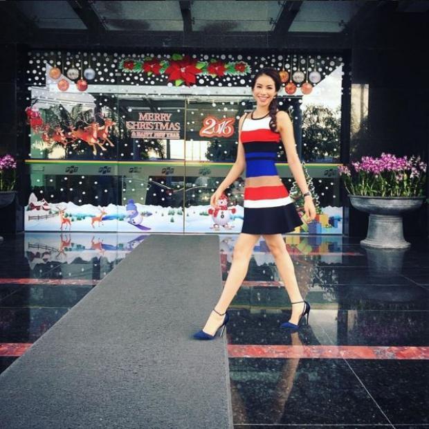 """Chiếc váy có giá hơn 6 triệu đồng thuộc thương hiệu Karen Millen được """"Hoa hậu quốc dân"""" diện trên đường phố để chào đón năm mới 2016. Vóc dáng """"mình hạc xương mai"""" cùng gương mặt xinh đẹp giúp cho Phạm Hương vô cùng tự tin sải bước."""