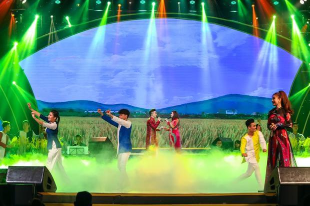 Ngoài các khách mời đình đám, liveshow còn có sự góp mặt của ca sĩ Triệu Ái Vy - vợ giọng ca Gọi đò.