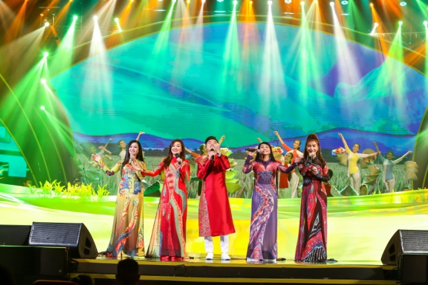 Người đẹp sinh năm 1989 biểu diễn tiết mục mở màn Hồn quê cùng các giọng ca nữ. Bên cạnh đó, Triệu Ái Vy cũng xuất hiện trong bài hát kết thúc Yêu dân tộc Việt Nam. Dù đã lui về phía sau để hỗ trợ cho chồng, cô nàng vẫn thể hiện thần thái chuyên nghiệp như thời còn đi hát.