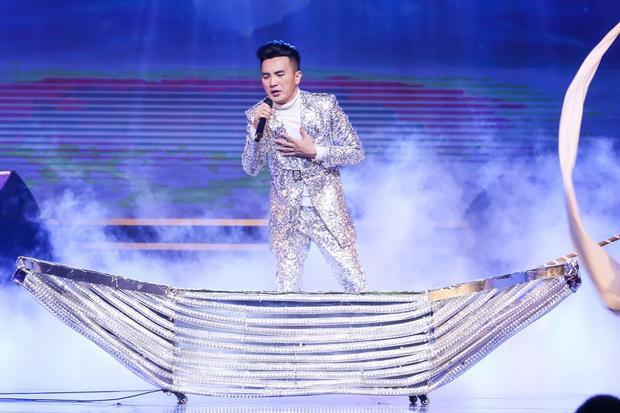 Dương Ngọc Thái sợ khán giả nơi đây sẽ không đến ủng hộ anh như ở TP HCM. Tuy nhiên, trái với sự lo lắng đó, nam ca sĩ đã nhận được rất nhiều tình cảm của người Hà Nội. Anh nghẹn ngào quỳ xuống nói lời cảm ơn chân thành nhất đến các fan.