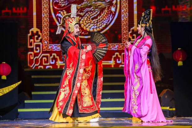 Ngọc Huyền và Kim Tử Long trong vở cải lương hồ quảng Chuyện tình Dương Quý Phi, An Lộc Sơn