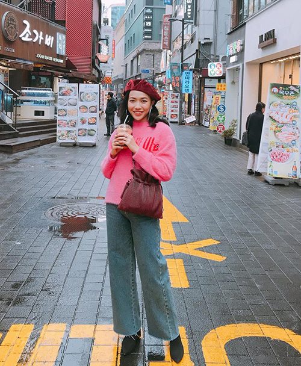 Diện cả sắc hồng neon, Diệu Nhi trông thật trẻ trung và nổi bật trên đường phố Hàn. Nữ diễn viên cũng không quên sử dụng túi rút da thuộc kèm chiếc mũ nồi xu hướng để tạo nên tổng thể năng động, thoải mái.