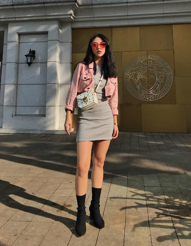 Quỳnh Anh Shyn diện váy len bó sát khoe dáng chuẩn, layer cùng một chiếc áo denim dáng ngắn màu hồng để tăng độ trẻ trung. Ngoài ra, không thể không nhắc đến key items mắt kính trong suốt màu đỏ mà nàng hot girl đang sử dụng giúp hoàn thiện bộ cánh.