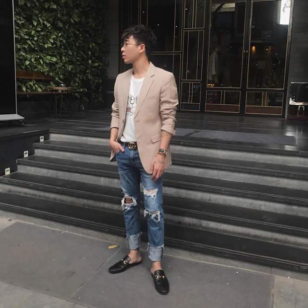 Stylist Hoàng Ku lại đem đến outfit kết hợp giữa áo vest màu beige thanh lịch, phối layer kèm áo thun và jeans rách xắn gấu cho buổi tiết trời giao mùa tạo nên tổng thể khá thú vị.