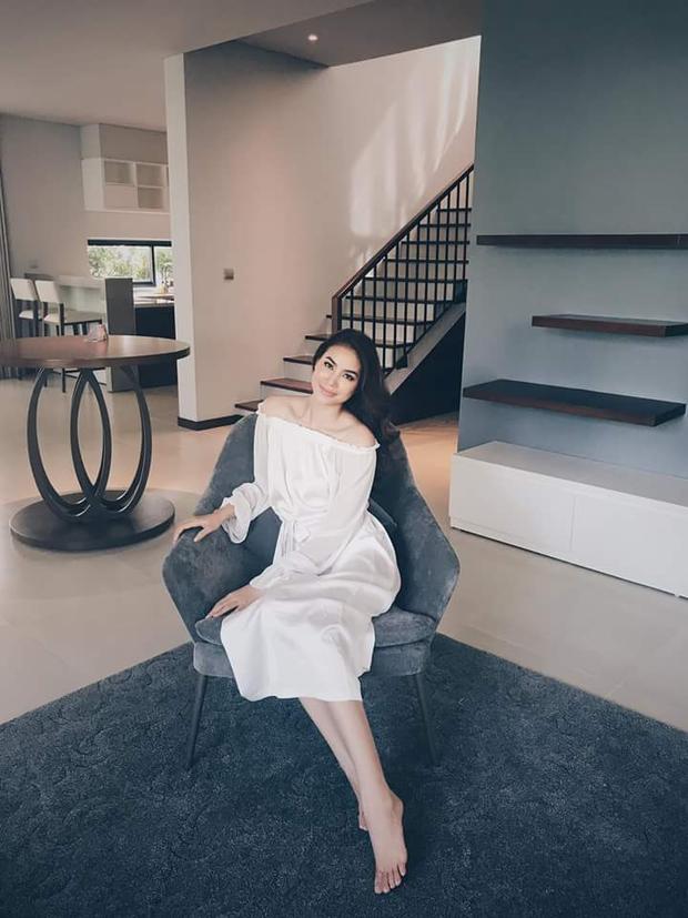 Chỉ diện váy trắng vai ngang đơn giản, các chi tiết bèo nhuyễn nhấn nhá, cùng nụ cười nhẹ nhàng và mái tóc dài suôn, Phạm Hương đã đẹp thanh tao và thuần khiết đến nao lòng.
