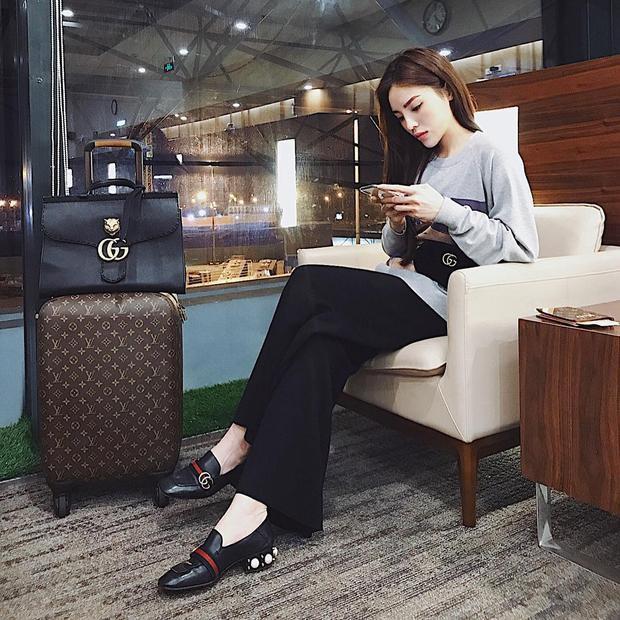 """Diện áo swater tông xám cùng quần culottes đơn giản, nhưng trông Kỳ Duyên vẫn không hề """"giản đơn"""" với sự xuất hiện của cả cây hàng hiệu, clutch, giày của Gucci, còn vali thuộc nhà mốt Louis Vuitton."""