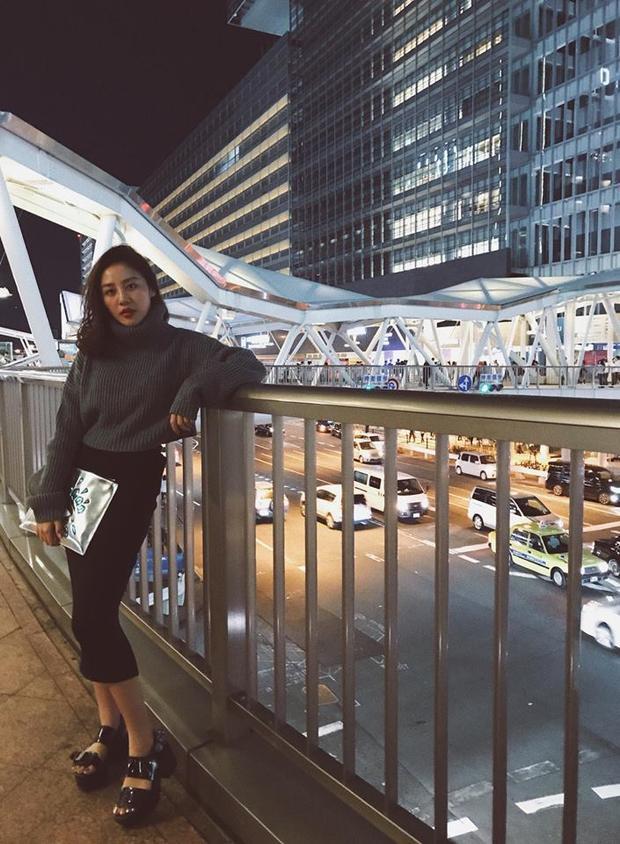 """Trong một set đồ khác, Văn Mai Hương kết hợp chiếc túi bạc cùng với chân váy bút chì và áo len cao cổ, một cách phối đồ kinh điển """"đảm bảo đẹp""""."""