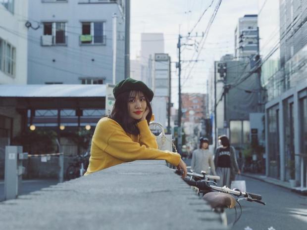 Trước đó, trong một bức hình, Văn Mai Hương cũng trở nên xinh xắn cực kỳ với chiếc mũ nồi xanh diện cùng áo len vàng ấm áp.