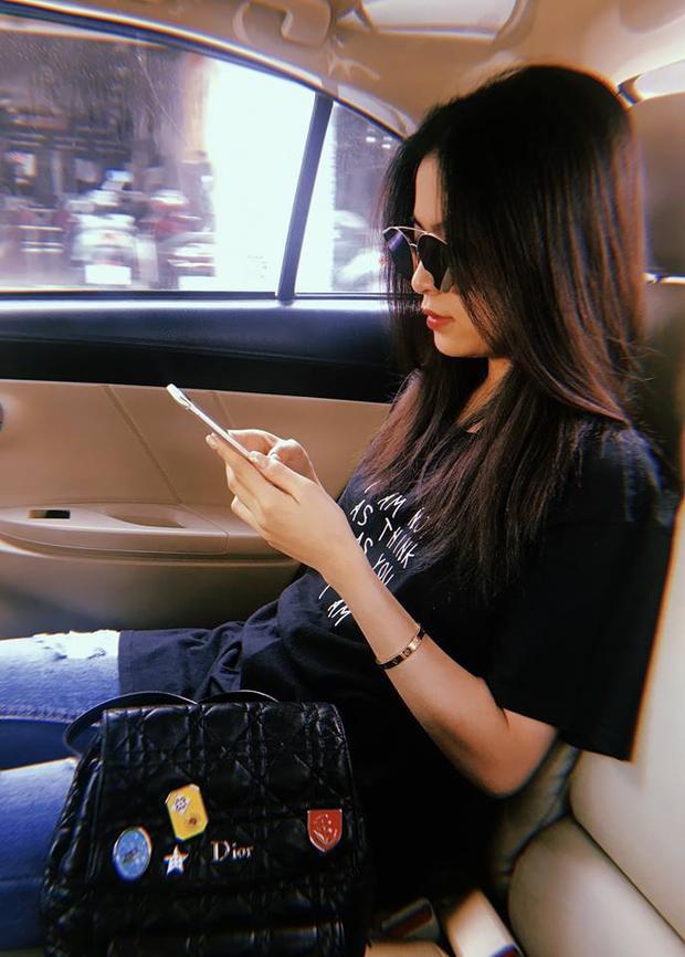 Với trang phục cực kì basic là quần jeans rách và áo thun đen, Hoàng Thùy Linh vẫn không quên sử dụng chiếc ba lô Dior mà cô rất yêu thích.