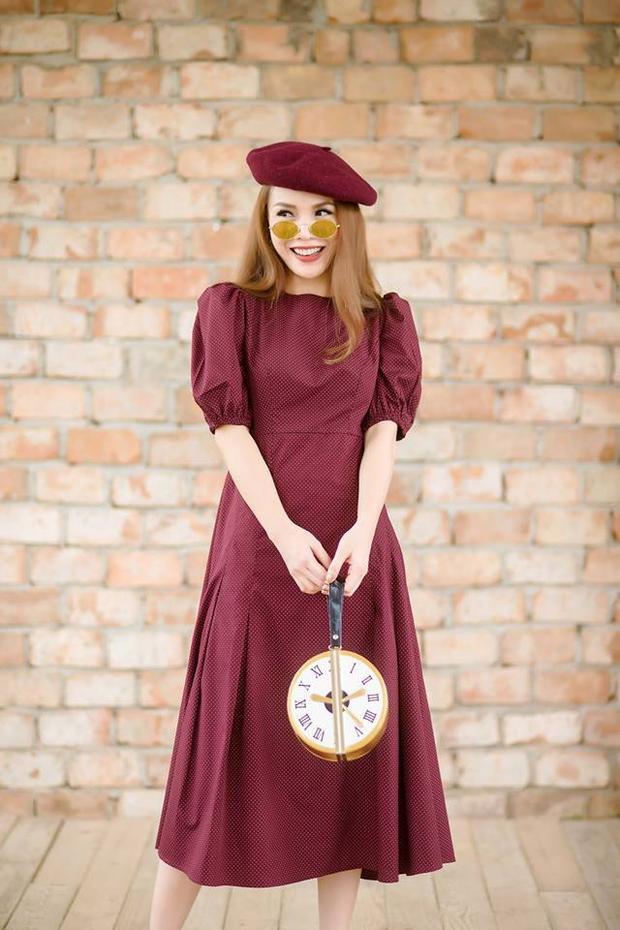 Nếu phong cách của Kỳ Duyên pha chút menswear thì Yến Trang lại hoàn toàn nữ tính khi sử dụng mũ nồi màu vang chát.