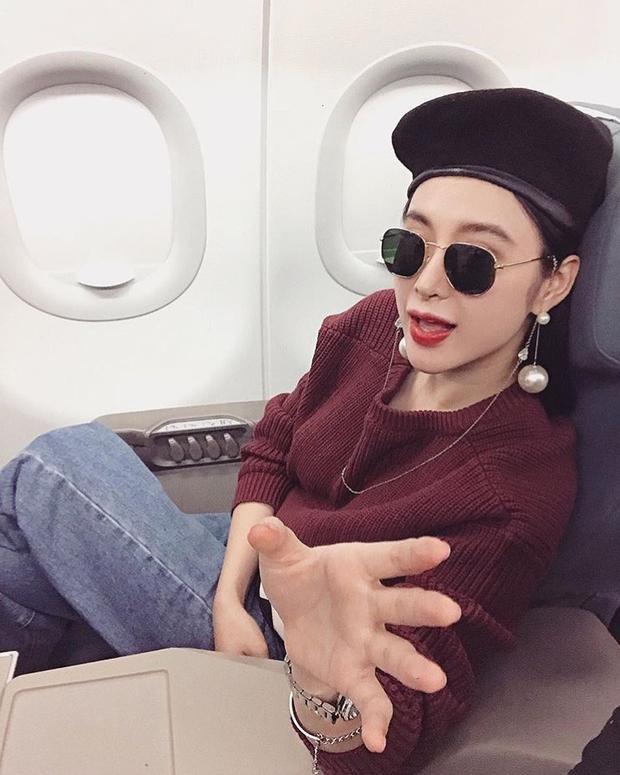 Angela Phương Trinh trong bức hình mới đây cũng sử dụng mũ nồi làm điệu. Thời trang sân bay của Angela Phương Trinh xem ra không hề đơn giản chút nào.
