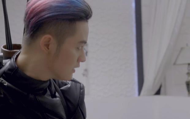 Mái tóc xanh tím của Thanh Duy ấn tượng thay cho màu hồng vốn quen thuộc của anh.