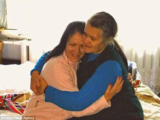 Gia đình ông bà Vera và Nikolay Lashtur vô cùng hạnh phúc khi được gặp lại con gái đẻ.