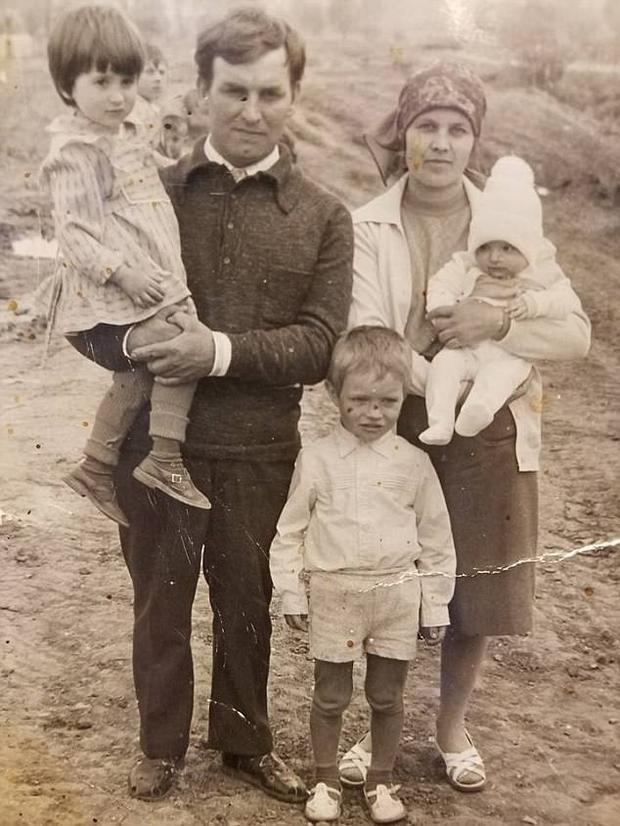 """""""Cô bé"""" Tatyana Muradyan (bên trái) được ông bà Vera và Nikolay Lashtur bồng bế."""