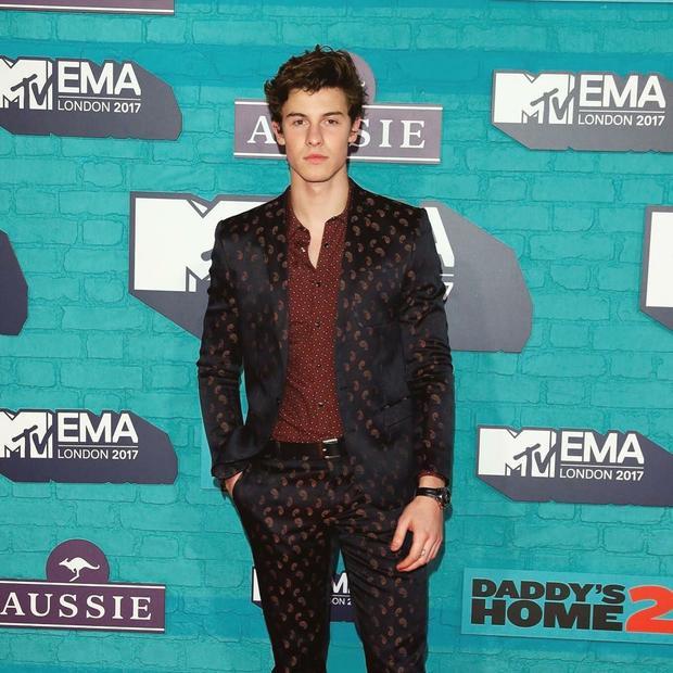 """Ở 1 diễn biến khác, trai đẹp Shawn Mendes """"quét"""" sạch các giải thưởng khi ẵm về tận 4 chiếc cúp. Anh là nghệ sĩ bội thu nhất EMAs lần này."""