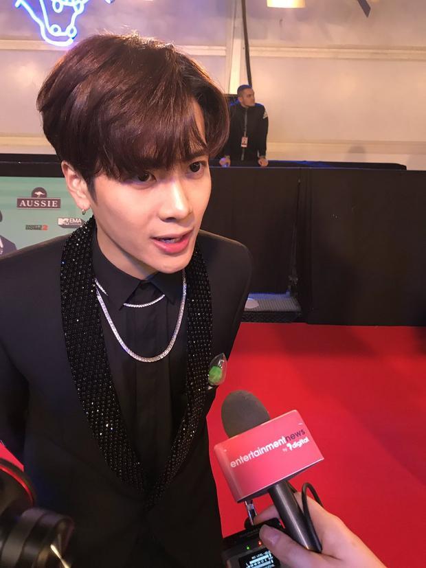 Cận cảnh nhan sắc của Jackson khi trả lời phỏng vấn trên thảm đỏ.