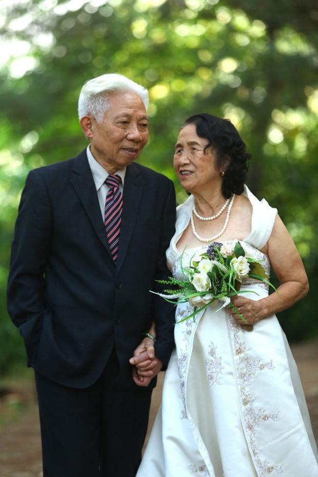 Ông bà ngoại của cô dâu cũng tham gia buổi chụp hình cưới của đôi trẻ.