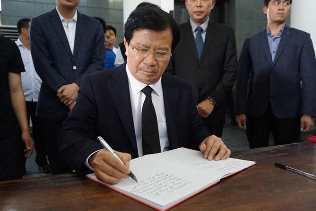 Phó thủ tướng Trịnh Đình Dũng đến viếng và viết sổ tang tiễn đưa cụ bà Hoàng Thị Minh Hồ về cõi vĩnh hằng.