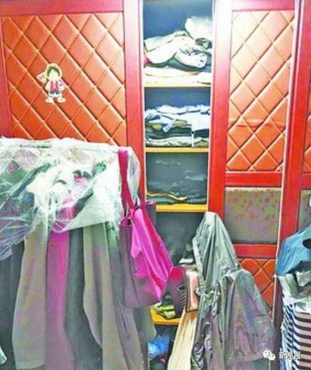 Tủ đồ hiện tại của vợ anh đã có hơn 300 chiếc quần jeans, 200 đôi giày, 50 áo khoác và hơn 40 chiếc áo thun.