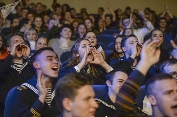 Cuộc thi thu hút rất nhiều khán giả đến xem và cổ vũ. Trong ảnh, các khản giả phấn khích trước phần thi của dàn người đẹp.