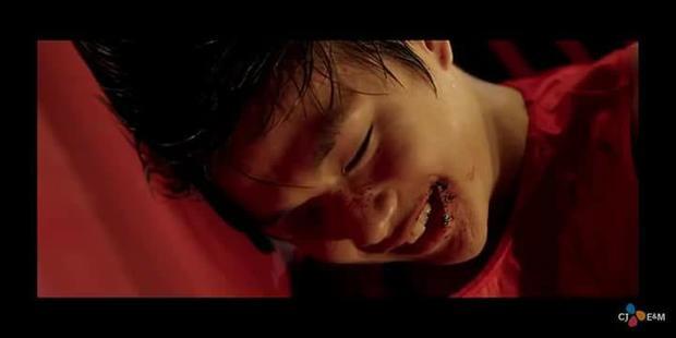 Kang Daniel gây ấn tượng mạnh ngay từ những phút đầu tiên của MV với hình ảnh bầm tím và nụ cười rạng rỡ quen thuộc.