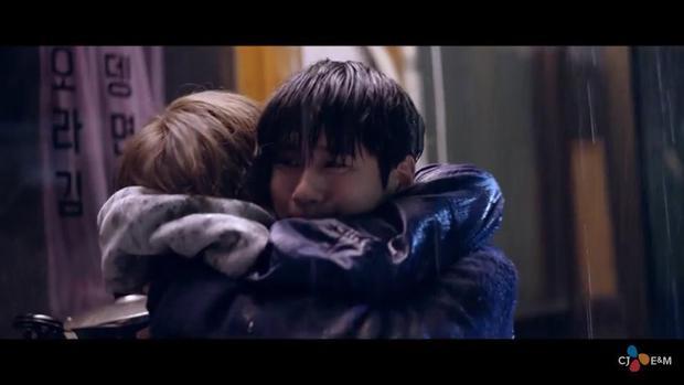 Ai mà không tan chảy trước cảnh ôm nhau hạnh phúc dưới cơn mưa thế này?