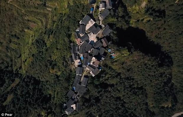 Flycam ghi lại cảnh ngôi làng dân tộc thiểu số Miêu ở một vách núi cao chót vót.