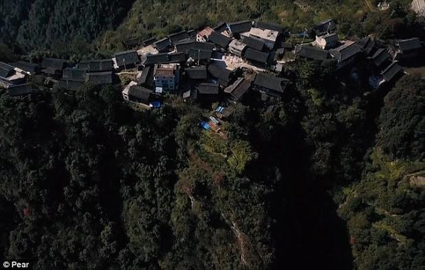 Hiện có khoảng 140 hộ gia đình sinh sống trên vách đá.