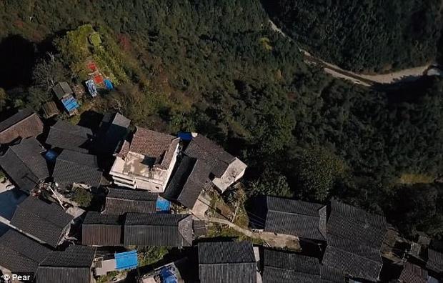 Các ngôi nhà xây dựng san sát nhau trên vách đá.