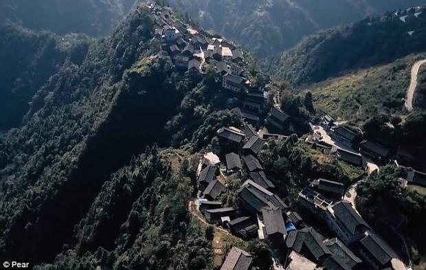 Muốn đến ngôi làng cần phải băng qua khu bảo tồn thiên nhiên núi Leigong.