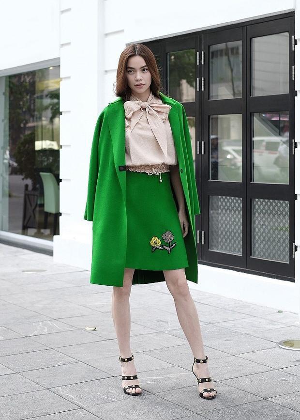 Nữ giám khảo The Face 2016 khiến nhiều khán giả yêu thích với gout streetstyle toàn đồ hiệu. Đơn cử như bộ trang phục áo nơ lụa, kèm chân váy và áo khoác dạ tông xanh đến từ nhà mốt Gucci.