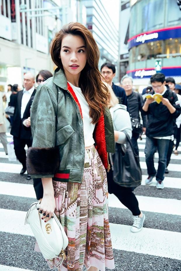 Áo khoác phối tay lông cùng chân váy họa tiết màu sắc. Bên cạnh đó. chiếc clutch da Gucci đắt giá vẫn được nữ ca sĩ sử dụng nhằm tạo điểm nhấn cho tổng thể.