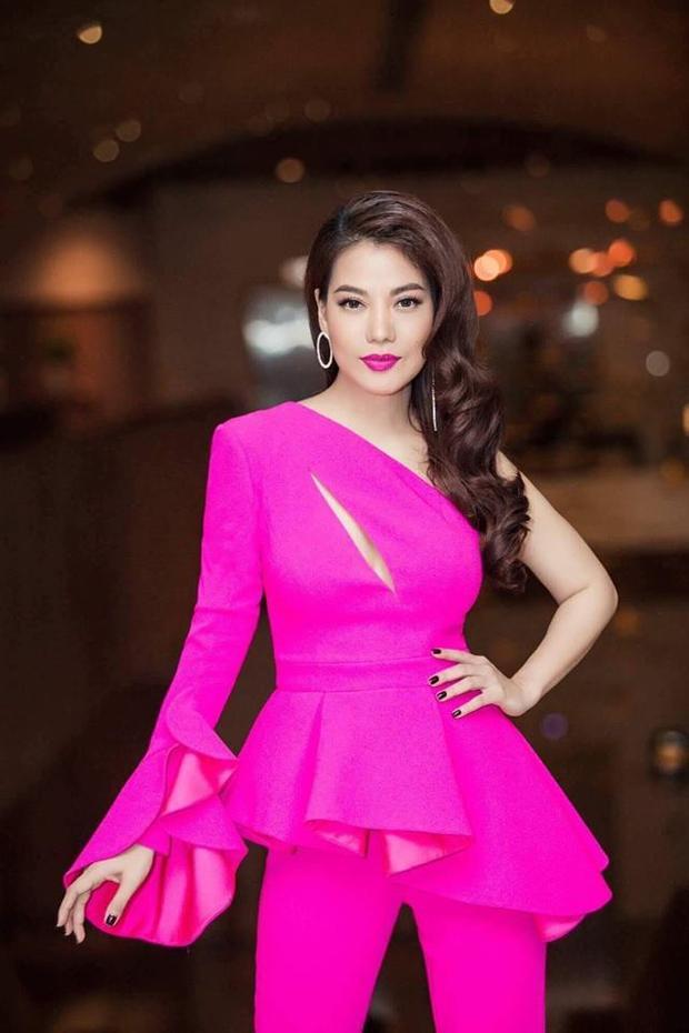Nếu không phải là đầm, váy dạ hội, Trương Ngọc Ánh lại ưa chuộng những thiết kế áo, quần cùng tông, với thiết kế nữ tính và gam màu nổi bật. Đơn cử như mẫu áo peplum, xẻ ngực lệch vai, phối cùng quần tông hồng hotpink này.