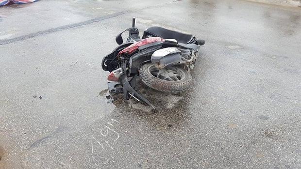 Chiếc xe máy bị hư hỏng nặng.