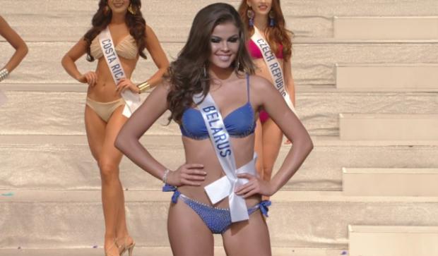 Người đẹp Belarus sở hữu nước da nâu khoẻ khoắn. Cô cũng khéo chọn thiết kế bikini tông màu xanh khoe lợi thế ngoại hình săn chắc, gợi cảm.
