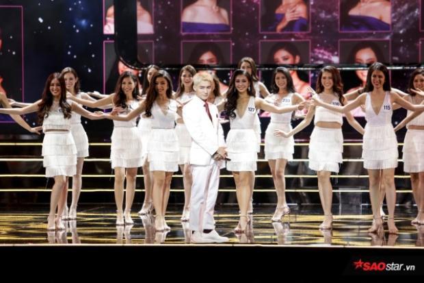 Anh chàng cùng các thí sinh xuất hiện mở màn đêm 4/11 vừa qua.