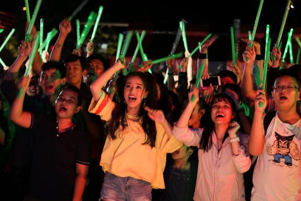 Các FC cuối cùng cũng hòa cả làng, cùng vui hết mình vì đêm diễn.