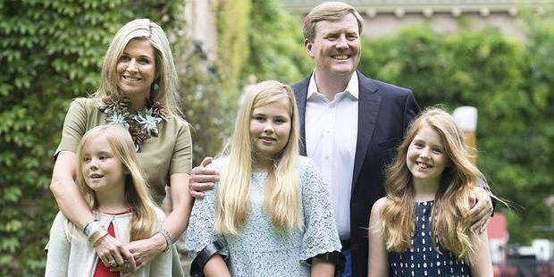Gia đình Quốc vương Hà Lan. Công chúaCatharina-Amalia ở giữa. Ảnh:Hello Magazine.Tháng 7/2016, trong buổi chụp hình với báo giới, Quốc vương Hà Lan Willem-Alexander đã giới thiệu tình hình học tập của các con gái với truyền thông và cho biết trưởng công chúa Catharina-Amalia sẽ học tiếng Hán vào năm nay. Hoàng hậu Maxima nói thêm con gái 14 tuổi rất thích tiếng Trung.
