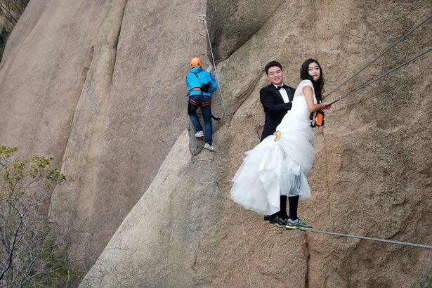 Dù chụp ảnh ở vị trí khá mạo hiểm, cô dâu và chú rể không tỏ ra sợ hãi mà rất vui vẻ và hào hứng.